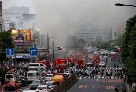 Bombeiros combatem incêndio em mercado de peixes de Tóquio 03/08/2017 REUTERS/Toru Hanai