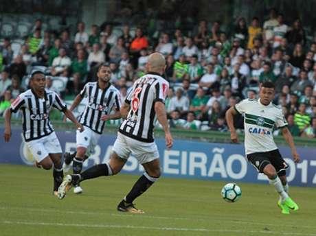 Yan em ação contra o Atlético-MG no último domingo, pelo Brasileirão-2017 (Foto: Site Oficial Coritiba)
