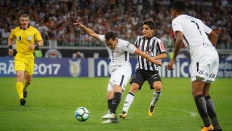 Rodriguinho disputa bola no meio-campo do Mineirão (Vinnicius Silva/Raw Image)