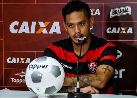 Após sentir dores na coxa, Carlos Eduardo será desfalque contra o Flamengo (Foto: Maurícia da Matta / EC Vitória)