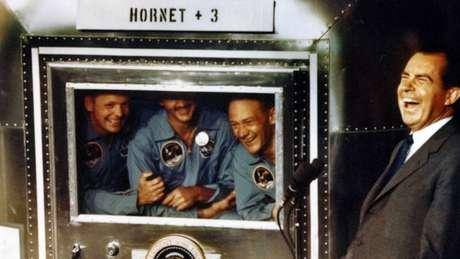 O presidente Richard Nixon fazendo piada com a equipe Apollo 11 em seu período de quarentena em 1969
