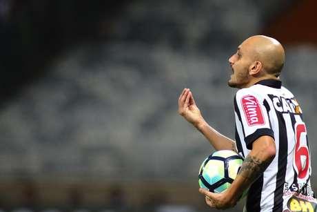Fábio Santos não teve um bom reencontro com sua ex-equipe