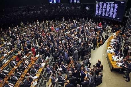 Plenário da Câmara rejeita autorização para STF investigar denúncia contra o presidente Michel Temer