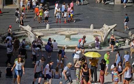 Movimentação de turistas na fonte de Barcaccia, no centro de Roma