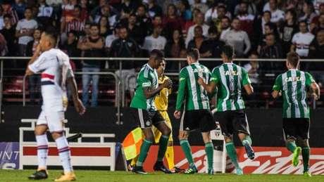 Em confronto direto, Coxa ganhou do São Paulo, no Morumbi, por 2 a 1. (Mauricio Rummens / Fotoarena)