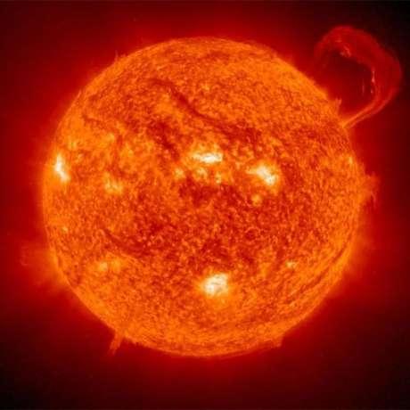 As áreas brancas da imagem correspondem às zonas do Sol em que o campo magnético é mais forte