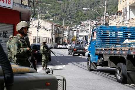 Forças de segurança ocupam ruas próximas ao Complexo do Lins, na zona norte, na Operação Onerat