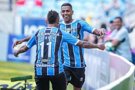 Pedro Rocha comemora com Everton o gol que marcou na vitória do Grêmio sobre o Atlético-MG, em Porto Alegre