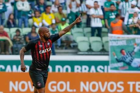 Thiago Heleno, que já jogou no Palmeiras, marcou o gol da vitória do Atlético-PR no Allianz Parque