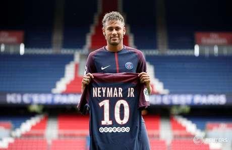Neymar posa para fotos em apresentação no Paris Saint-Germain