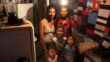 O salário que Reginaldo dos Santos Santana recebe como auxiliar de limpeza é a única renda de sua família