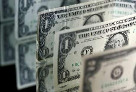 O dólar avançou 0,74 por cento, a 3,1756 reais na venda, maior patamar de fechamento desde 17 de julho (3,1814 reais).