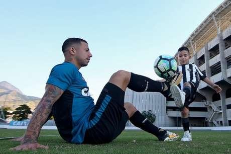 Valencia parece estar ambientado ao Botafogo, e costuma levar o filho aos treinos (Vítor Silva/SSPress/Botafogo)