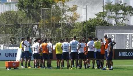 Elenco corintiano de 34 jogadores teve 26 em campo nesta quarta-feira, no CT Joaquim Grava (Foto: LANCE!Press)