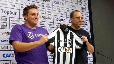 Logomarca da empresa ficará entre o escudo do clube e o símbolo da Topper (Foto: Felippe Rocha/Lancepress!)