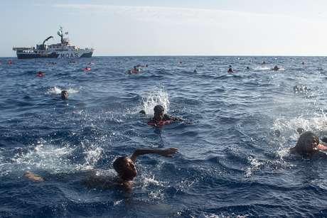 Migrantes forçados a atirarem-se ao mar por traficantes