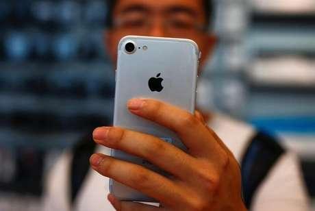 Homem segura seu iPhone 7 em loja da Apple em Pequim, China 16/9/2016  REUTERS/Thomas Peter