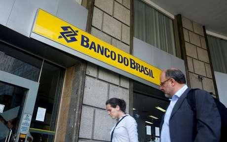 Pessoas circulam diante de agência do Banco do Brasil no Rio de Janeiro 15/12/2014 REUTERS/Pilar Olivares