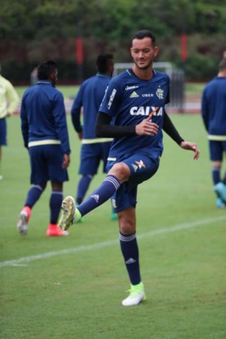 Réver voltou a treinar no campo e está confirmado para domingo (Gilvan de Souza / Flamengo)