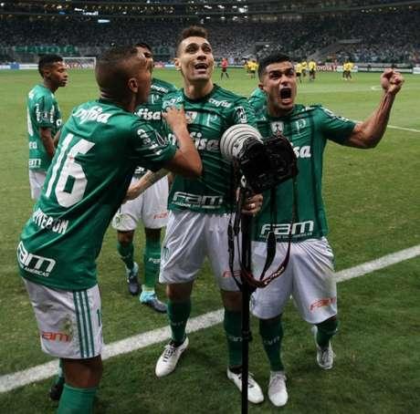 Moisés comemora seu gol contra o Barcelona com Egídio - Foto: Cesar Greco/Palmeiras
