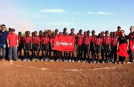 Enviados do clube foram até o Quênia e levaram kits com uniformes e materiais de treinamento (Foto: Divulgação)