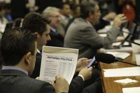 Deputados retomarão a votação dos destaques da proposta de reforma política na manhã desta quinta-feira
