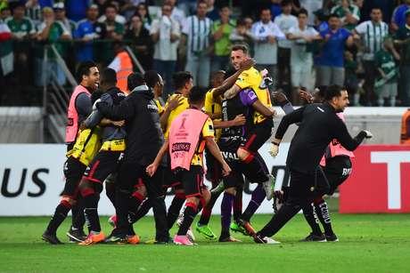 Jogadores do Barcelona comemoram a vaga