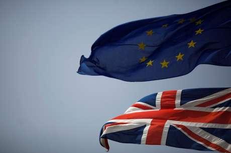 Bandeiras da União Europeia e do Reino Unido REUTERS/Jon Nazca