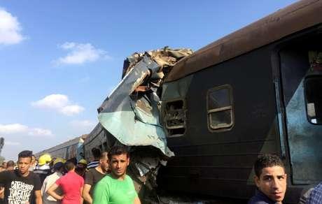 Egípcios observam trens que colidiram perto da estação de Khorshid, na cidade costeira de Alexandria 11/08/2017 REUTERS/Osama Nageb