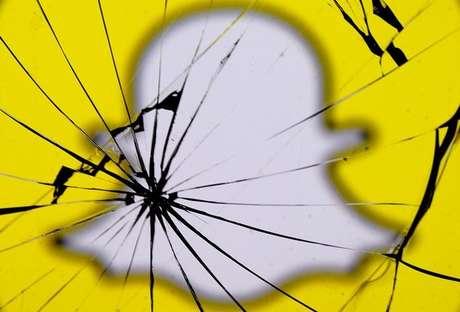Logo do Snapchat em dispositivo com tela quebrada 11/05/2017 REUTERS/Dado Ruvic/Illustration