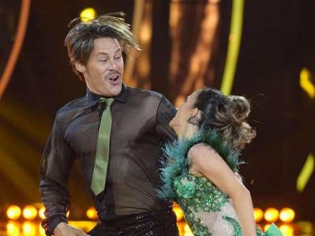 Theo Becker continuou a fazer a coreografia do 'Dancing Brasil' mesmo após bater o joelho no chão ao levar tombo