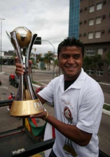 Adriano Gabiru com a taça do Mundial de 2006 (Foto: Divulgação)