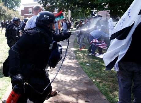 Policial usa gás de pimenta para separar grupos rivais