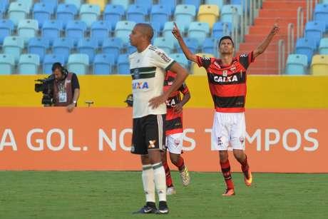 Jorginho comemora gol  do Atlético-GO