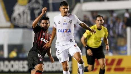 Embora tenha sido eliminado na Libertadores, o bom desempenho contra o Santos deu confiança para o Atlético-PR (Foto: Marco Galvão / Fotoarena)
