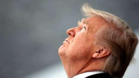 Presidente americano, Donald Trump, olha para cima