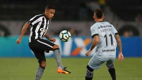Arnaldo voltou de lesão, Everton não é rotineiramente titular do Grêmio (Vitor Silva/SSPress/Botafogo)