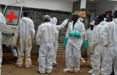 Funcionários de emergência trabalham no necrotério central em Freetown
