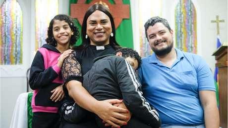 Alexya com os filhos e marido Roberto, com quem está desde 2009