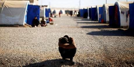 Jovem desalojado em acampamento
