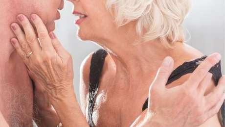 Uma pesquisa da BBC no Reino Unido sugere que pessoas entre os 60 e 70 anos têm relações sexuais várias vezes por mês