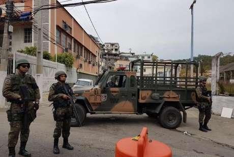 Homens das Forças Armadas durante a Operação Dose Dupla, em Niterói