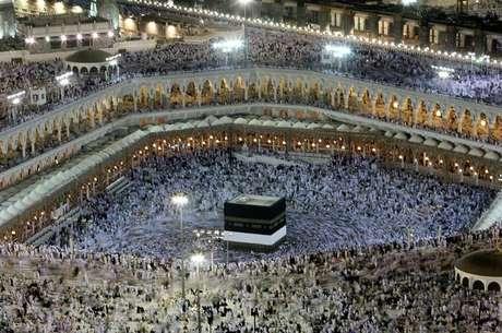 Muçulmanos dentro da Grande Mesquita em Meca, Arábia Saudita  13/12/2007 REUTERS/Ali Jarekji
