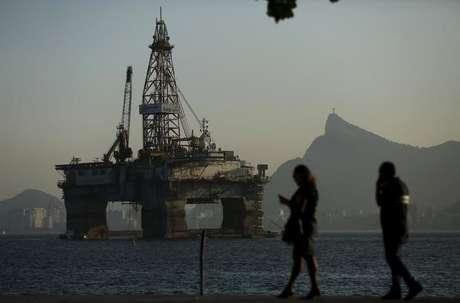 Uma plataforma de petróleo na Baía de Guanabara, em Niterói  20/04/2015 REUTERS/Pilar Olivares