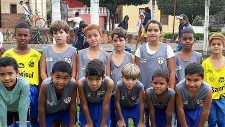Maria Alice (a segunda da direita para a esquerda na fileira de cima) e seus companheiros de time de futebol na cidade de Vieiras (MG)
