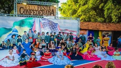 Todos os anos, milhares de pessoas se reúnem em festa que celebra cultura confederada no Brasil