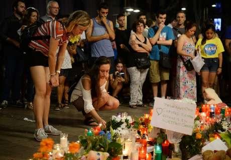 Pessoas prestam homenagens com flores a vítimas de atentado em Barcelona