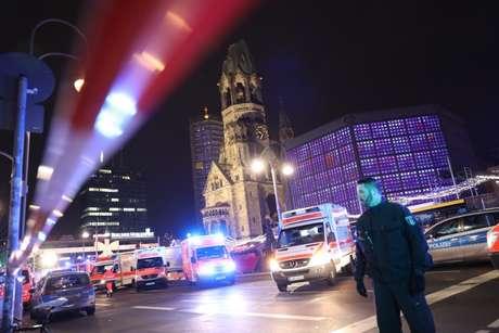 Ambulância em Berlim, onde caminhão explodiu em mercado natalino