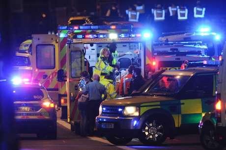 Ambulância socorre feridos