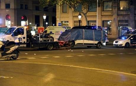 Van que atropelou pedestres em Barcelona é removida por guincho